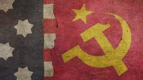 Les Etats-Unis diminuent et des drapeaux d'Urss image stock
