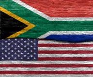 Les Etats-Unis diminuent et des drapeaux de l'Afrique du Sud sur la texture en bois Image libre de droits