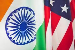 Les Etats-Unis diminuent et le drapeau de la république de l'Inde Relations entre les pays Photos stock