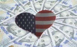Les Etats-Unis diminuent sous la forme de coeur et de cent fonds de billets d'un dollar Image libre de droits