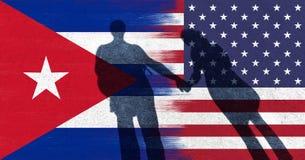 Les Etats-Unis et drapeau du Cuba avec des couples tenant des mains Images stock