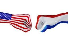 Les Etats-Unis et drapeau néerlandais Combat de concept, concurrence d'affaires, conflit ou manifestations sportives images libres de droits