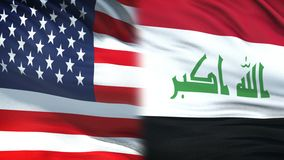 Les Etats-Unis et fonctionnaires de l'Irak échangeant l'enveloppe confidentielle, fond de drapeaux banque de vidéos