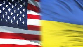 Les Etats-Unis et fonctionnaires de l'Ukraine échangeant l'enveloppe confidentielle, fond de drapeaux banque de vidéos