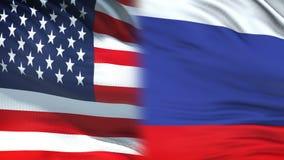 Les Etats-Unis et fonctionnaires de la Russie échangeant l'enveloppe confidentielle, fond de drapeaux clips vidéos