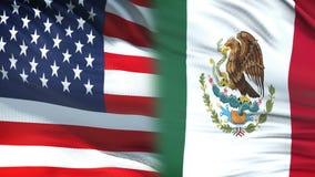 Les Etats-Unis et fonctionnaires de Mexica échangeant l'enveloppe confidentielle, fond de drapeaux banque de vidéos