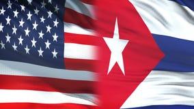 Les Etats-Unis et fonctionnaires du Cuba échangeant l'enveloppe confidentielle, fond de drapeaux clips vidéos