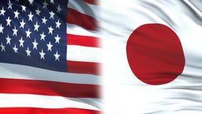 Les Etats-Unis et fonctionnaires du Japon échangeant l'enveloppe confidentielle, fond de drapeaux banque de vidéos