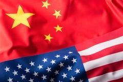 Les Etats-Unis et la Chine Les Etats-Unis diminuent et des drapeaux de porcelaine Photo stock