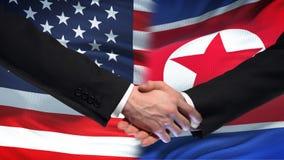 Les Etats-Unis et poignée de main de la Corée du Nord, amitié internationale, fond de drapeau banque de vidéos
