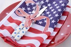 Les Etats-Unis font la fête le couvert de table avec le drapeau sur la table en bois blanche Photo stock