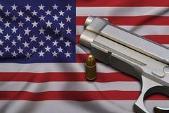 Les Etats-Unis lancent le drapeau de lois avec l'arme à feu et la balle de pistolet photographie stock libre de droits