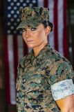 Les Etats-Unis Marine Posing In féminine un uniforme militaire photo stock