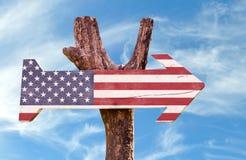 Les Etats-Unis marquent le signe en bois avec le fond de ciel images stock