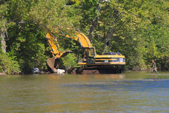 Les Etats-Unis, Vermont : Excavatrice - nettoyer une rivière Photographie stock