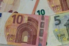 Les euro billets de banque nous ont laissés partir photographie stock
