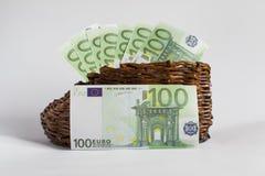 Les euro billets de banque se situent dans une vieille botte en bois Photographie stock libre de droits