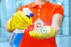 Les expositions de femme de ménage ont qualitativement nettoyé la maison photo stock