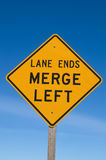 Les extrémités de voie fusionnent le signe gauche Image stock