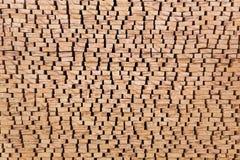Les extrémités du bois de charpente traité empilé sur l'air ouvert Photos stock