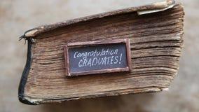 Les félicitations reçoit un diplôme le texte et le livre de vintage sur la table clips vidéos
