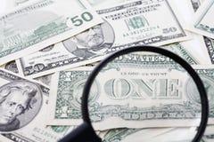 Les factures de dollar US vues par la loupe, se ferment  Photo stock