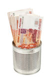 Les factures de rouble russe en métal peuvent sur le fond blanc Photographie stock libre de droits