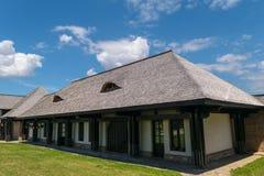 Les faisceaux en bois structurent la maison avec le toit de tuiles en bois de planches de vieux cèdre traditionnel Image libre de droits