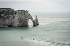 Les falaises célèbres chez Etretat en Normandie, France Images libres de droits