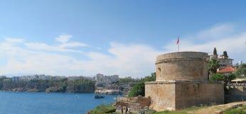Les falaises d'Antalya et de Roman Hidirlik Tower en Turquie Photographie stock libre de droits