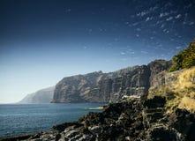Les falaises de gigantes de visibilité directe marchent le point de repère dans le spai du sud d'île de Ténérife Images stock