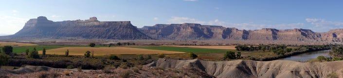 Les falaises de livre s'approchent de Green River photographie stock