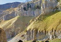 Les falaises de roche à la cicatrice de Gordale Photographie stock