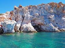 Les falaises de roche de Polyaigos, une île des Cyclades grecques photographie stock