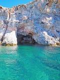 Les falaises de roche de Polyaigos, une île des Cyclades grecques image stock