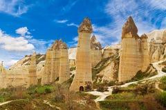 Les falaises en pierre ressemble aux maisons d'une fée en vallée d'amour Photos stock