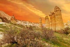 Les falaises en pierre ressemble aux maisons d'une fée en vallée d'amour Photographie stock libre de droits