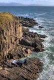Les falaises en pierre s'approchent du vallon en Irlande. Photo stock
