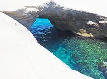 Les falaises et les formations de roche blanches près de Sarakiniko échouent dans les Milos dans les îles de Cyclades de la Grèce images libres de droits