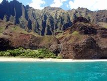 Les falaises et la cascade à écriture ligne par ligne à Na Pali marchent, Kauai, Hawaï Photo stock