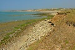 Les falaises et la plage en pierre de la Mer du Nord opale française marchent près de Wimereux photographie stock libre de droits