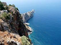 Les falaises près des ruines de l'Alanya se retranchent Image stock