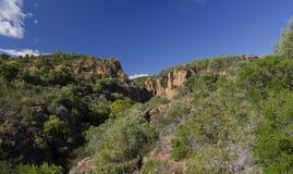 Les falaises rouges de roche du Blavet se gorgent au-dessus de la La Bouve Image libre de droits
