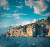 Les falaises s'approchent de la plage de Budva Photos stock