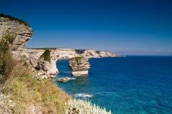 Les falaises s'approchent de la ville Bonifacio Images stock