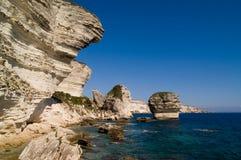 Les falaises s'approchent de la ville Bonifacio Photo stock