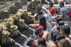 Les familles de Balinese viennent au temple sacré d'eau de source de Tirta Empul dans Bali, Indonésie Photographie stock