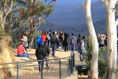 Les familles ont l'amusement à la plate-forme d'observation de montagne Images libres de droits