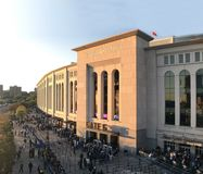 Les fans attendent sur la ligne à la porte pour voir le jeu de Yankee dans le Bronx, NY image libre de droits