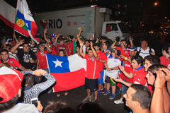 Les fans chiliens célèbrent la victoire sur l'Espagne Photo stock